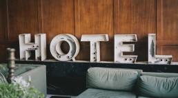 foto-com-uma-cama-e-a-palavra-HOTEL